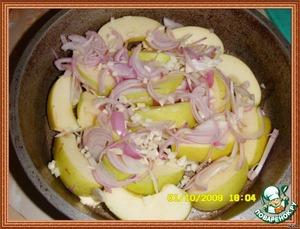 Яблоки (желательно кисло-сладкие)порезать дольками и уложить на дно подходящей огнеупорной формы.Сверху разместить порезанный лук и чеснок. Немного посолить.Бедрышки поместить в форму на яблоки.