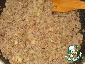 Фарш обжарить с луком, посолить, поперчить, добавить выдавленный чеснок и свежую рубленую зелень.