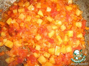 Do zazharku finely sliced onions, carrots and potatoes in vegetable oil. Then add the tomatoes and liquid to the sauce and simmer for about 5 minutes on low heat.  To boil water (2 liters)with the Bay leaf. Cooked Lecho pour in water and cook for 3 minutes. Pour the pasta and when they are cooked napraviti salt pepper and izmelchennoe herbs and garlic