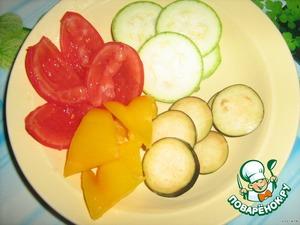 Нарезаем кружочками баклажан и кабачок; помидор на 4 части и удаляем мякоть, перец треугольничками.