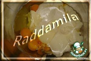 Плавленый сыр, яйца, сахар, соль, разрыхлитель, сода, масло и сметану тщательно перемешиваем.