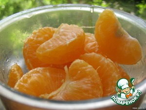 For the sauce:  Clean the tangerines, one to defer to the salad, to blenderate and RUB through a sieve (cell is not very small).