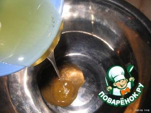 Печень промыть и нарезать тонкими ломтиками. Для маринада, смешать горчицу, мёд.