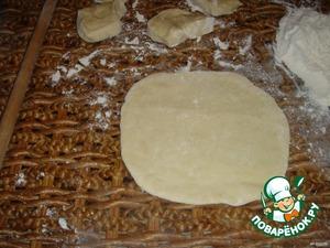 Тесто разделить на 2 части. Каждую часть скатать в жгут, разрезать на 9 частей. Значит, у вас будет всего 18 частей. Берём 9 частей, раскатаем тонкой скалкой лепёшки 7-8 см диаметром. Положить одну лепёшку на тарелку, смазать растопленным маслом, лепёшку, масло и так 9 частей, верхнюю не смазываем. То же и с другими 9 частями.