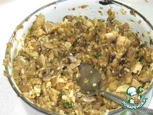 Чеснок измельчить. Петрушку нашинковать. Сложить все в миску, добавить яйца, натертый на мелкой терке сыр, соль и перец. Тщательно перемешать.