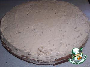 На верхний корж выкладываем крем на сгущенке с маслом + орехи.