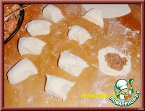 Then the dough begin to cut in the same way as pelmeni - roll sausages, cut into pieces and roll out as juicy dumplings, only fat - 5-6 mm.  With the test work very easily, it is plastic and does not stick to hands.  The dough will spread the stuffing and zasiyaet the very