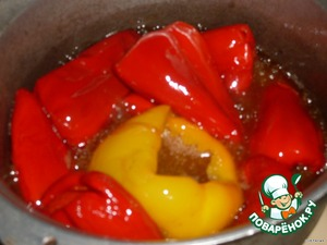Prepared pepper dipped in hot oil and fry, stirring, better under the hood. I roast many peppers as will fit in a 0.5 l jar, and this, depending on the size, somewhere around 7-10 pieces.