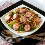 Салатный микс с рулетиками из салями с сыром
