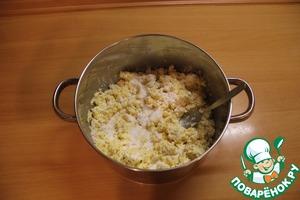 Потом добавляем картофельный крахмал и тщательно перемешиваем.