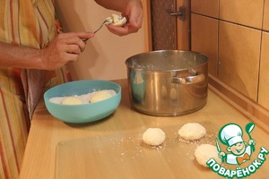 Кокосовую стружку всыпать в широкую посуду. Столовой ложкой берём порцию в руку и формируем шарик, откладываем в кокосовую стружку и обваливаем.
