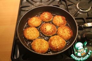 Разогреваем сковороду с маслом и обжариваем сырники на среднем огне.