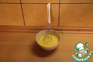 Яйца куриные взбиваем в миске и добавляем кукурузную кашу, перемешиваем и настаиваем около 3 минут.   Кукурузную крупу предварительно залить кипятком на 10 мин и дать остыть.