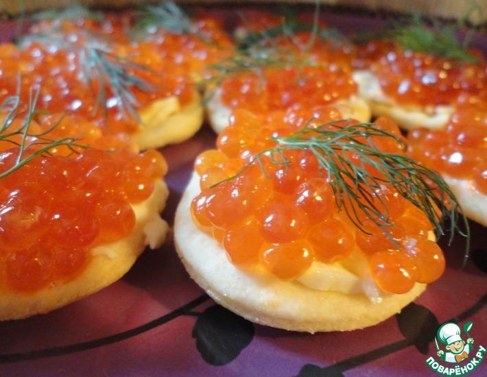 Рецепт: Канапе с красной икрой на домашних сырных крекерах