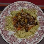 Спагетти с морепродуктами и томатно-луковым соусом