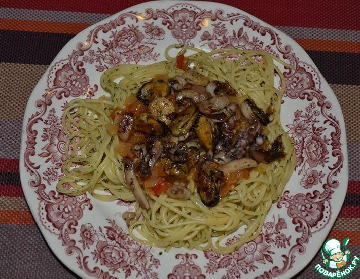 Рецепт: Спагетти с морепродуктами и томатно-луковым соусом