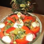 Салат овощной с курицей и фисташками