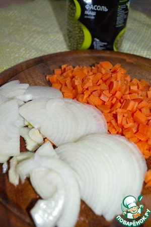 Морковь нарежем кубиками, лук - полукольцами.