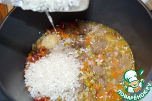 Теперь добавляем промытый рис, солим по вкусу.