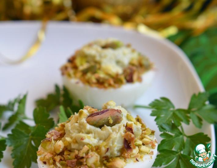 Рецепт: Яйца, фаршированные голубым сыром и фисташками
