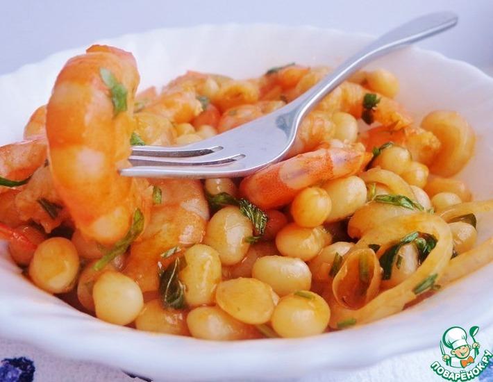 Рецепт: Тёплый салат из креветок со сливочной фасолью