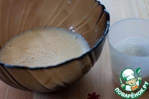 Яйца взбить миксером до пышной пены, постепенно всыпать сахар и взбивать, пока сахар полностью не растворится. На это понадобится минут 5-7