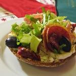 Деликатесные бутерброды с салями и сыром бри