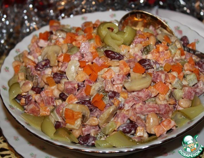 Рецепт: Салат из консервированной фасоли с колбасой