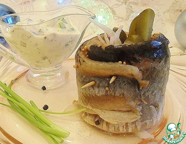 Рецепт: Рулетики из сельди с соусом ремулад