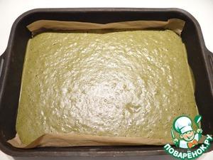 Выпекаю бисквит в разогретой до 170-180 градусов духовке около 15 минут. Даю бисквиту остыть, снимаю пергамент.
