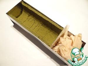 Из картона вырезаю полукруг, оборачиваю его пищевой пленкой, с помощью пергамента укрепляю картон у края бисквита.