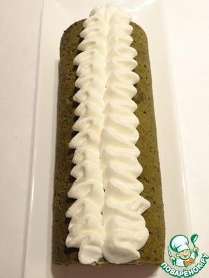 Достаю десерт из формы и украшаю сливочным кремом.
