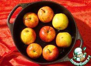 Сложить яблоки как можно плотнее в жаропрочную форму.
