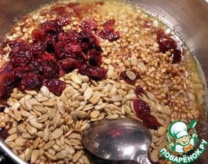 Add buckwheat, sunflower seeds, cranberries, coconut and all peremeshaem.