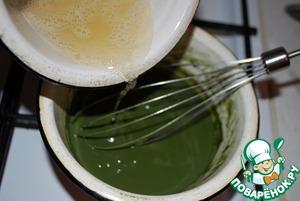 Готовим чайный мусс.    Отделяем белки от желтков (1 яйцо). Желатин 1,5 ч. л. (примерно 6 грамм) замочим в небольшом кол-ве воды.   В миске смешиваем молоко, чайную пудру, половину сахара (20 г) и желток. Ставим на огонь. Постоянно помешивая, доводим до легкого загустения (как и в случае с кремом забайоне, это случится непосредственно перед закипанием). Снимаем с огня.    Распускаем желатин и вводим его в молоко, перемешивая венчиком. Оставляем остывать до комнатной температуры.   Тем временем, взбиваем 100 мл сливок до мягких пиков, а оставшийся белок с сахаром (20 г) - до крепких пиков (безе).
