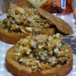 Гречка с грибами и шкварками в гречнево-ржаных тарелках