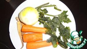 Приготовьте овощи, порезать можно крупно, все равно потом их надо будет выбросить. Чаще беру набор сухих овощей и специй в пакетике.