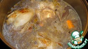 """Залейте водой, посолите и варите на средне огне 15-20 минут, выньте овощи и варите птицу до готовности еще 10-15 минут.       Бросьте лапши и нарезанной зелени. У меня был сухой укроп, но свежий, конечно, лучше. Рябчиков не делю специально, т. к. блюдо всегда соображается """"на троих"""" :)"""
