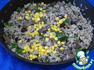 Готовый рис посыпать измельченной петрушкой, добавить кукурузу и перемешать.