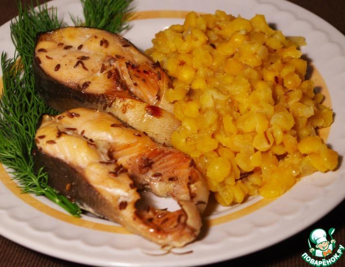 Рецепт: Кусочки горбуши с тмином и гарниром из гороха