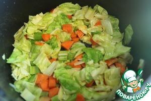 Берем глубокую кастрюлю для супа, кладем 2 ст. л. сливочного масла, обжариваем овощи минут 10-ть, чтоб они чуть чуть смягчились.