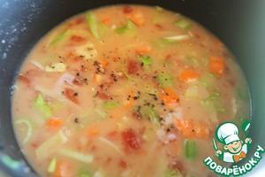 Теперь вливаем наш бульон, помидоры, и сливки, веточку тимьяна, пару веточек петрушки. Даем закипеть и оставляем на маленьком огне на 15 минут.    Для более интересного вкусового букета некоторые вливают 30 мл коньяка, я это шаг всегда пропускаю.    После того, как наш суп готов, берем блендер, погружаем его в суп и взбиваем до хорошей кремообразной массы. Пробуем на соль и перец.