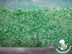 Форму застелить пищевой пленкой, уложить белую часть халвы, посыпать зеленой кокосовой стружкой.