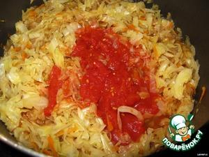 Добавляем в капусту свежий помидор или томат в собственном соку и продолжаем тушить.
