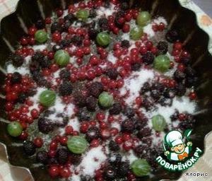 Присыпаем сахаром ягоды