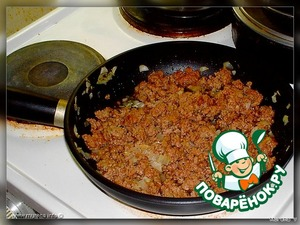 Мясная. Фарш прокручиваем через мясорубку (я же пропускаю в комбайне) со специями и репчатым луком. Обжариваем. Снова прокручиваем через мясорубку. Можете, конечно, не делать этого, но так нежнее получается. Перемешиваем с 2-мя размятыми яйцами. Соль и специи по вкусу.