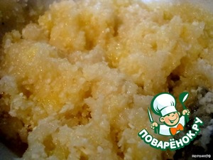 Prepare coconut cream by mixing sugar, two eggs, coconut, vanilla and cognac. Whip is not necessary!
