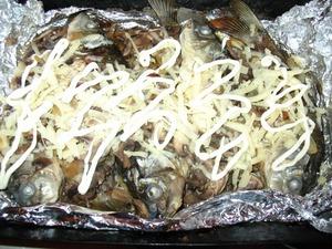 Посыпаем рыбку тертым сыром и сверху можно немного украсить майонезом.    отправляем в духовку еще минут на 5, пока сыр не расплавится.