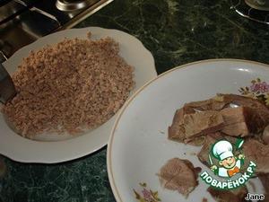 Фарш готовить так: вареное мясо вместе с луком пропустить через мясорубку.