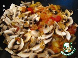 В кастрюле с толстыми стенками обжариваем на растительном масле в течение 5 минут порезанный кубиками лук, очищенные от кожицы и сердцевины, порезанные кубиками яблоки, шампиньоны и томаты.